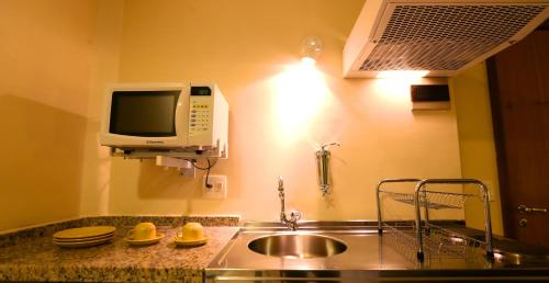 A kitchen or kitchenette at Mansoori Apart Hotel II
