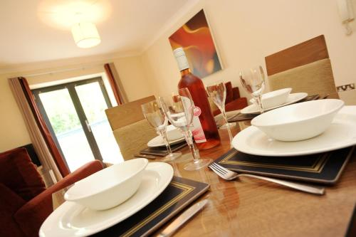 A restaurant or other place to eat at PREMIER SUITES Bristol Redcliffe