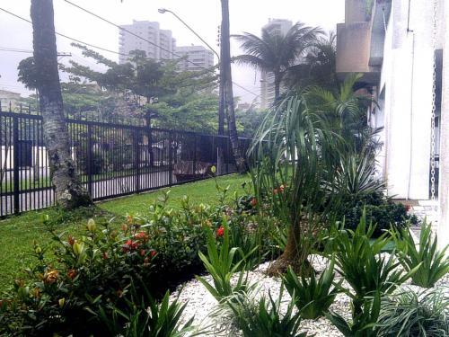 A garden outside Apartamento Cote d'Azur Enseada