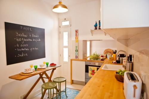 A kitchen or kitchenette at Modern Bairro Alto Apartment| RentExperience