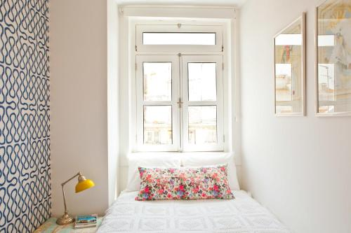 A bed or beds in a room at Modern Bairro Alto Apartment| RentExperience