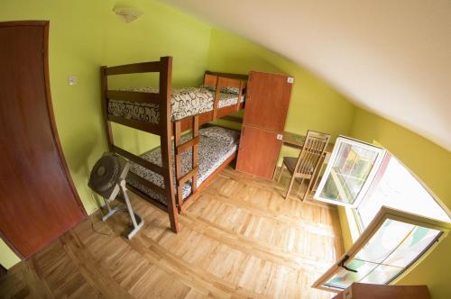エクスプローラ ホステル ポドゴリツァにある二段ベッド