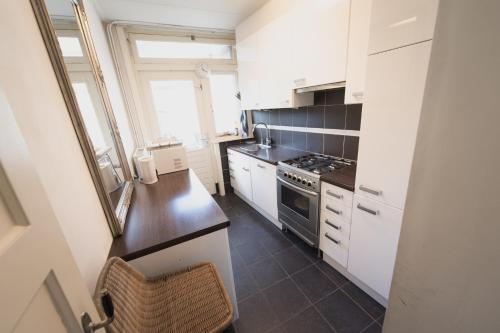 A kitchen or kitchenette at Weerdsingel Apartments
