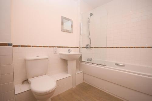 A bathroom at Town or Country - Sirocco Apartments