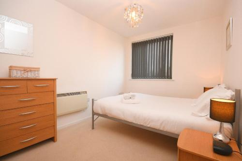 A bed or beds in a room at Town or Country - Sirocco Apartments