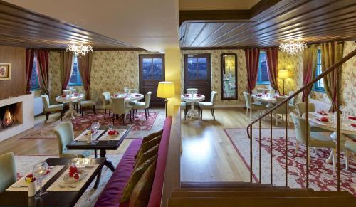 מסעדה או מקום אחר לאכול בו ב-Zagori Suites Luxury Residences