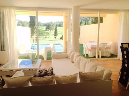A seating area at Villa Roca Llisa 2