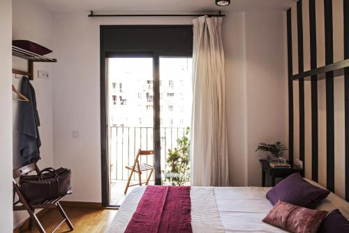 A bed or beds in a room at AinB Eixample-Entença Apartments