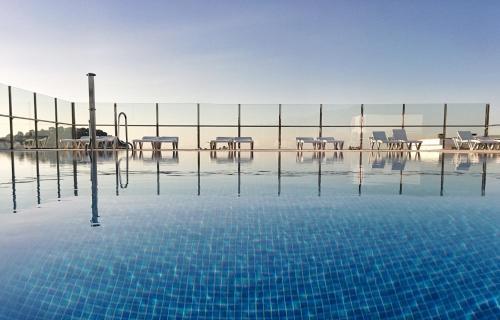 Der Swimmingpool an oder in der Nähe von Apartaments Condado