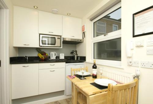 A kitchen or kitchenette at Finsbury Serviced Apartments