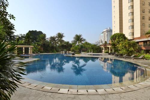 المسبح في Aryaduta Suite Semanggi أو بالجوار