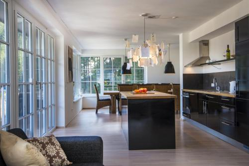A kitchen or kitchenette at Appartements Sonnenwende by AlpenTravel