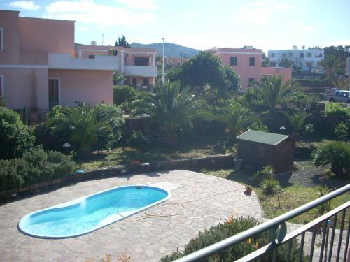 Vista sulla piscina di Residence Perla Rosa o su una piscina nei dintorni