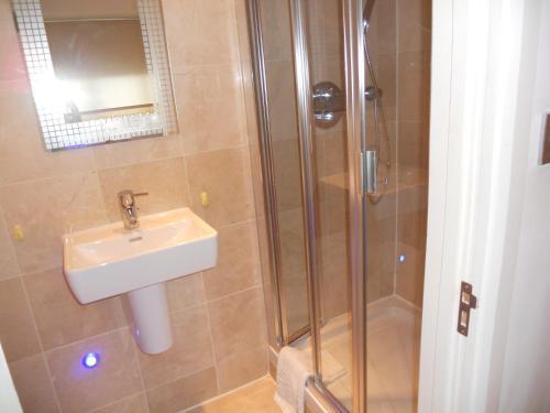 Un baño de 274 Suites