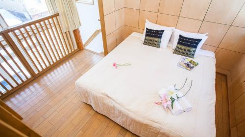 A bed or beds in a room at Yotei Cottage