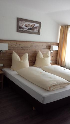 A bed or beds in a room at Hotel Alte Krone