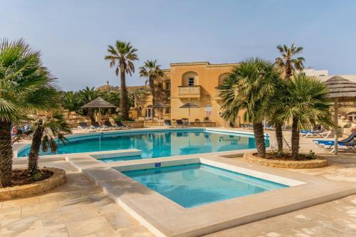 Het zwembad bij of vlak bij Gozo Village Holidays