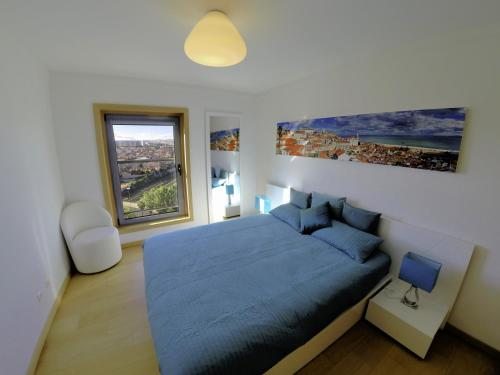 A bed or beds in a room at Finest Rentals - Expo Riverside