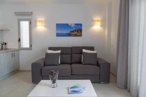 A seating area at Apartaments Proa Es Pujols ( Only Adults )