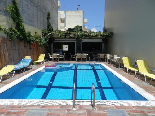 Kolam renang di atau di dekat Haris Apartments