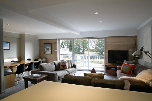 A seating area at Altitude Apartments