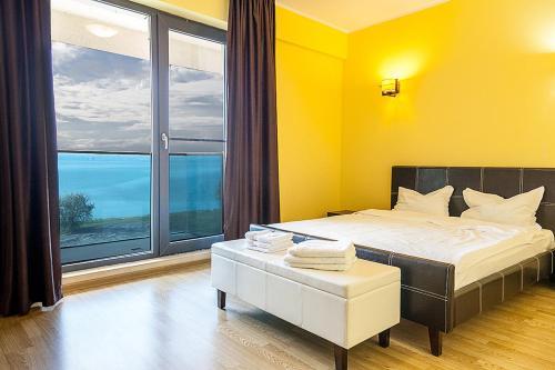 Un pat sau paturi într-o cameră la Athena Executive Apartments Mamaia