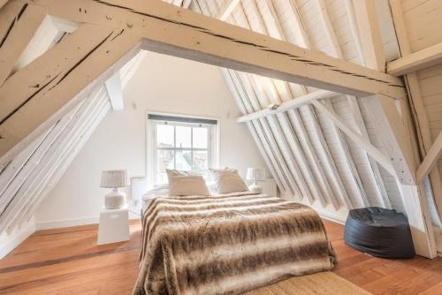 A bed or beds in a room at Spaarne Apartment