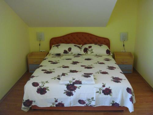 A bed or beds in a room at Apartments Villa Pirosi