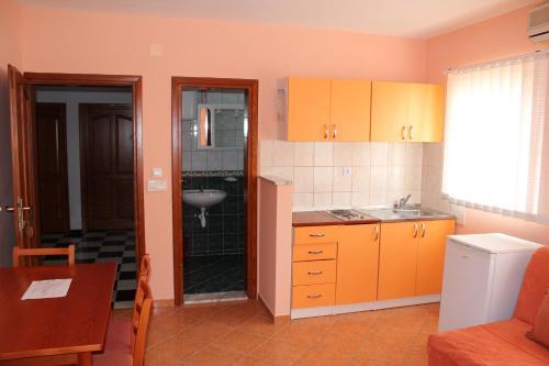 A kitchen or kitchenette at Apartments Villa Pirosi