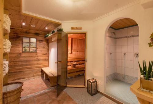 A bathroom at ApartHotel Holzerhof