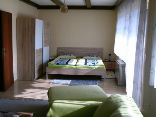 Кровать или кровати в номере Gästehaus Maria