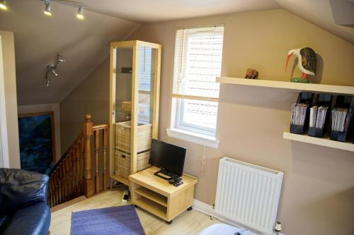 A television and/or entertainment centre at 3Mac Dunfermline Self-Catering Apartment