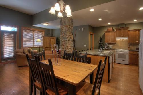 A restaurant or other place to eat at Treetops Ski Luxury Townhouse
