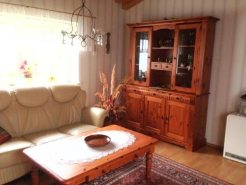Ein Sitzbereich in der Unterkunft Bungalow mit Kamin in Ribnitz-Damgarten