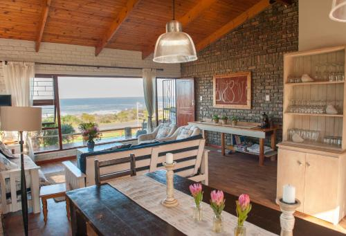 A restaurant or other place to eat at La Mer Kleinmond South Africa