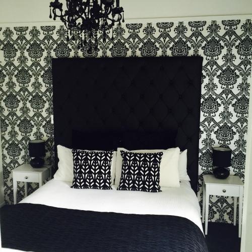 Una cama o camas en una habitación de Orewa Beachcomber