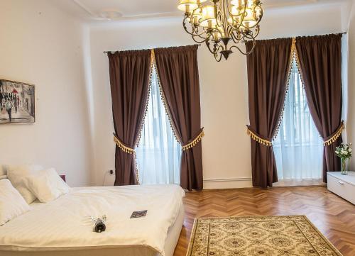 A bed or beds in a room at Apartament Piata Mica