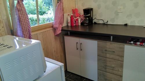 Küche/Küchenzeile in der Unterkunft SwissCottages Blockhaus