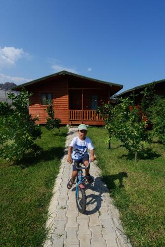 Катание на велосипеде по территории Yildiz Pension Bungalows или окрестностям