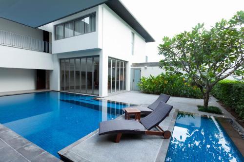 Swimming pool sa o malapit sa Baan Yamu Residences