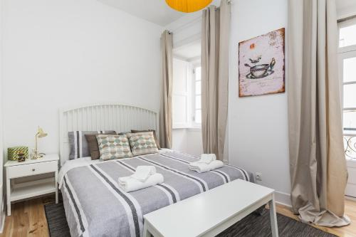 A bed or beds in a room at LxWay Apartments Condessa