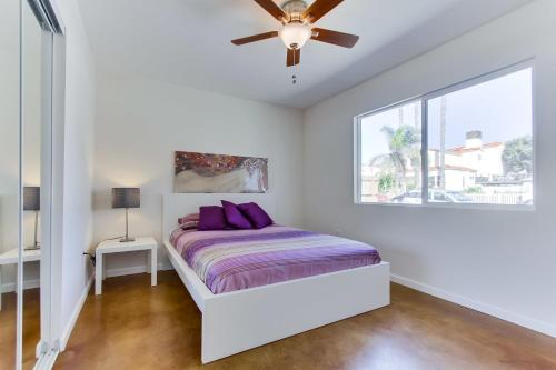 A bed or beds in a room at Charming Cozy Ocean Beach Cottage