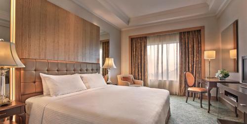 เตียงในห้องที่ Shangri-La Apartments