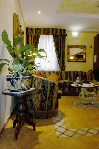 The lobby or reception area at Hotel Squarciarelli