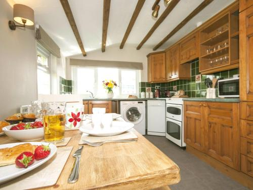 A kitchen or kitchenette at Bwthyn Bach Holiday Cottage