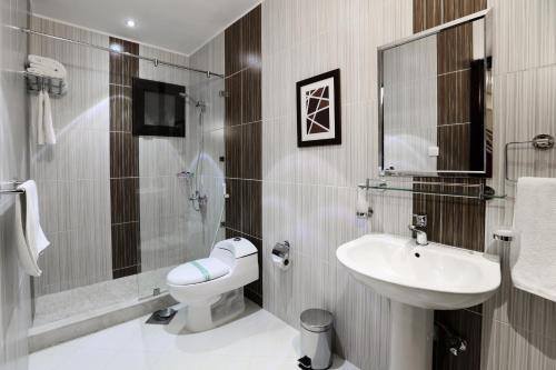 A bathroom at Aswar Hotel Suites Al Olya