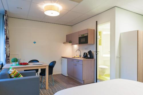 A kitchen or kitchenette at Camelot Rooms