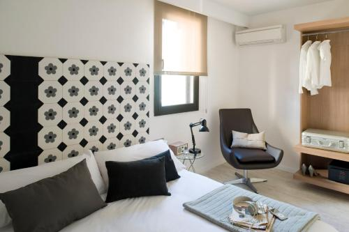 A bed or beds in a room at Eric Vökel Boutique Apartments - Sagrada Familia Suites