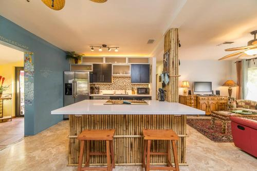 A kitchen or kitchenette at Flamingo House
