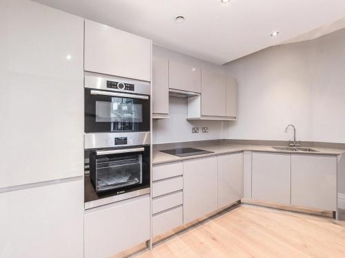 A kitchen or kitchenette at Valet Apartments Whitehall